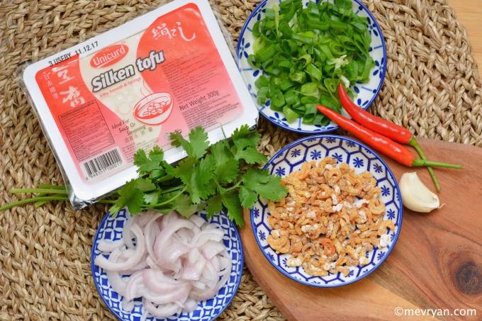 Zijden tofu met gedroogde garnaaltjes, de ingrediënten. © mevryan.com