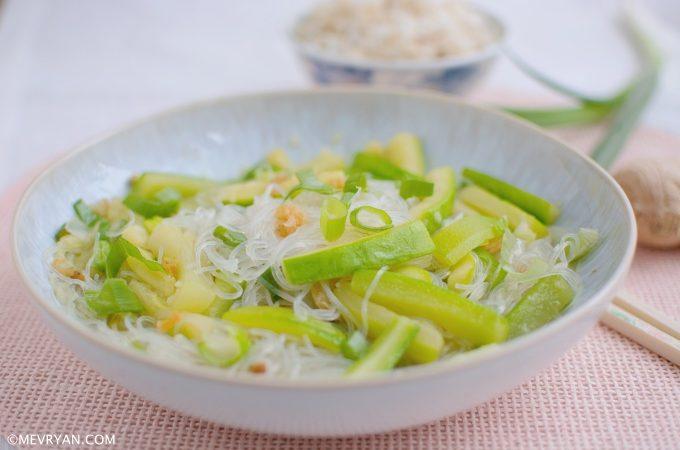 Glasnoedels met courgette (节瓜粉丝虾米)