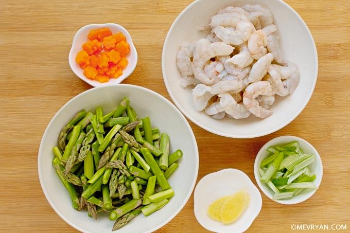 Foto ingrediënten wokgerecht garnalen met asperges © mevryan.com