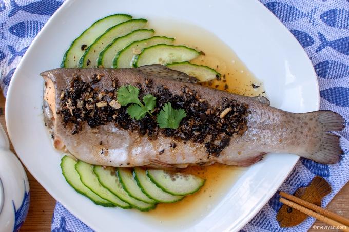 Foto gestoomde vis met zwarte bonen saus © mevryan.com