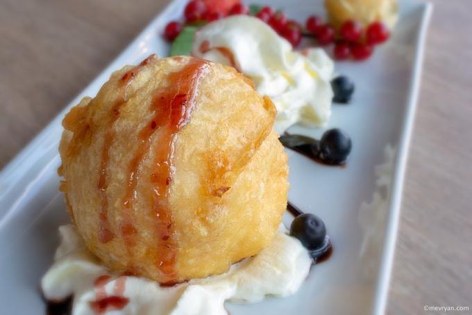 Foto gefrituurd ijs van Mr. Chow, Schiedam. Food blog © mevryan.com
