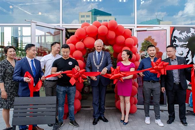 Foto opening Mr. Chow door burgemeester Cor Lamers, Schiedam. © mevryan.com