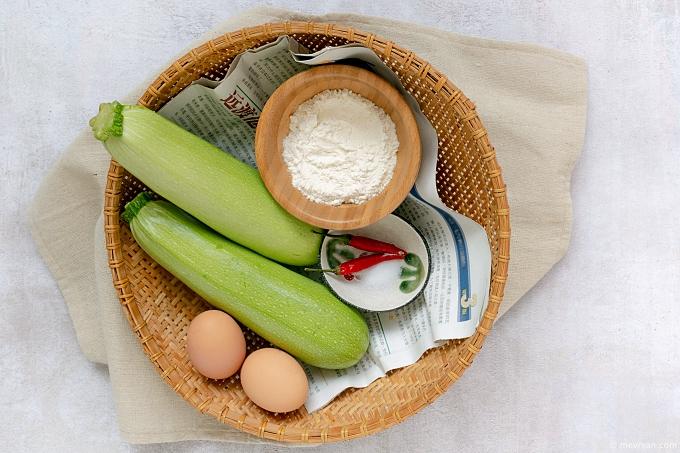 Foto courgette hobak jeon, Koreaans gerecht ingredienten © mevryan.com
