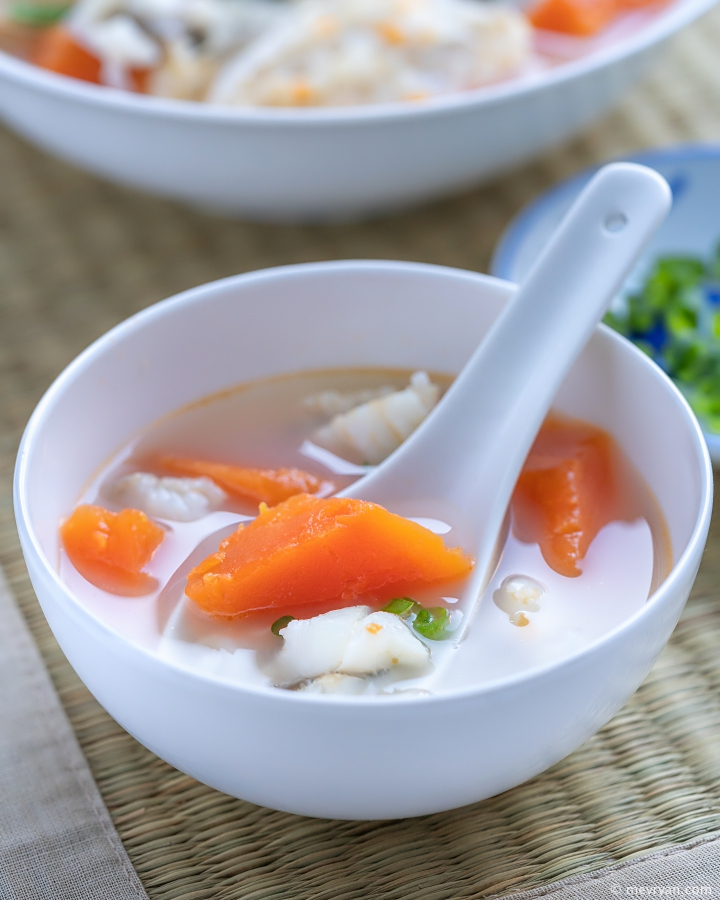 Foto romige Chinese vissoep met papaja